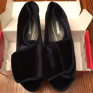 Tender Tootsies Velcro Velour Slippers